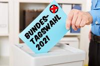Hand 2021 beim Wählen für Bundestagswahl