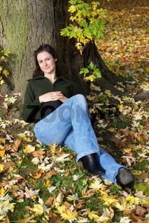 junge Frau genießt den Herbst