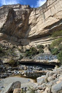 Wasserpool der aufgelassenen Siedlung Sap Bani Khamis unter den Felswänden des Grand Canyon von Oman im Wadi an Nakhar