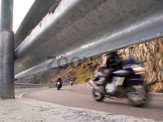 Motorradfahrer in den Bergen