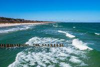 Wellen an der Ostseeküste in Zingst auf dem Fischland-Darß