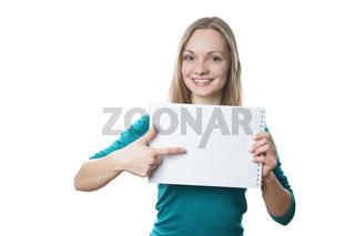 junge Frau zeigt auf leeres Schild (Textfreiraum))