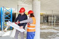 Vorarbeiter und Architekt besprechen Bauprojekt