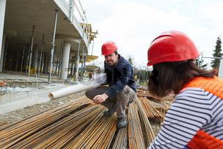 Qualitätskontrolle von Baustahl auf der Baustelle