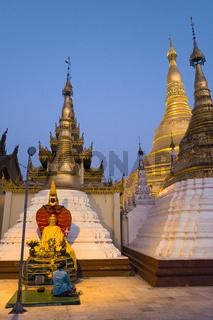 Betende auf der Shwedagon Pagode, Rangun, Myanmar, Asien