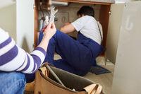 Heimwerker bei der Installation der Spüle