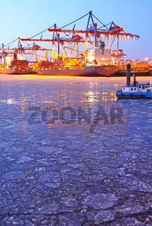 Winterabend mit Eis am Burchardkai Hamburg; winter evening with ice, Burchardkai Hamburg