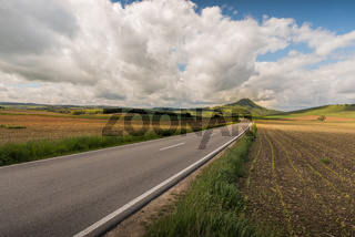Landstraße in der Vulkanlandschaft Hegau mit Blick auf den Hohenhewen