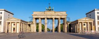 Panorama des Brandenburger Tors in Berlin früh am Morgen