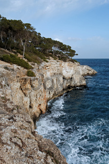 Felsküste in der Bucht Cala Mondrago auf Mallorca