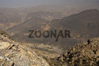 Blick vom Aussichtspunkt am Pass Sharaf al Alamayn auf die Oase Haat im Tal der Al Hajar Berge
