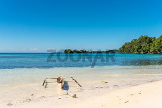 Weißer Sandstrand auf der Togian Insel Batudaka in Sulawesi