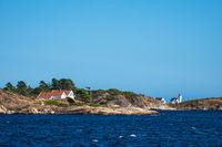 Felsenküste und Leuchtturm Hamborsund Fyr in Norwegen