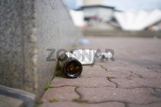 leere Schnapsflaschen auf einem Gehweg in Berlin