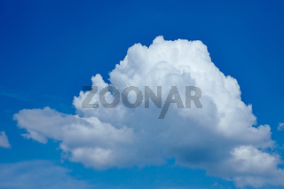 Einzelne Wolke am blauen Himmel