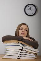 Studentin mit Büchern und Uhr