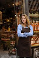 Kleinunternehmer: Geschäftsfrau vor ihrem Laden