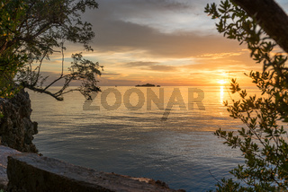 Sonnenuntergang vor der Togian Insel Batudaka in Sulawesi