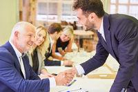 Geschäftsleute schließen einen Vertrag mit handshake