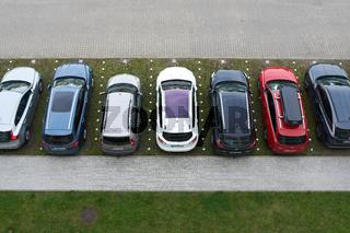 Parkplatz mit Autos vor einem Hotel in der Stadt Kolobrzeg in Polen