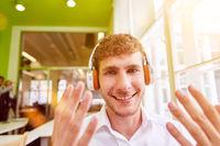 Junger Business Mann bei Videokonferenz im Büro