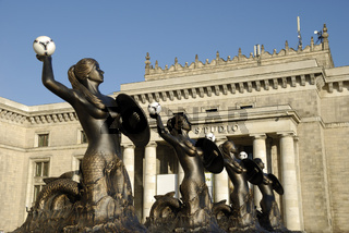 Meerjungfrauen mit Fussbällen am Kulturpalast in Warschau