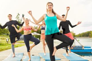 Balance Übung im Wellness Yoga Kurs am Seeufer