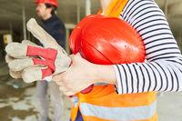 Handwerker oder Arbeiter mit rotem Schutzhelm