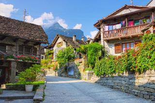 typische Häuser in Sonogno im Verzascatal, Tessin in der Schweiz - typical houses in Sonogno in the Verzasca Valley, Ticino in Switzerland, Europe