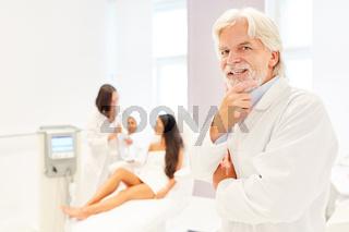 Arzt als lächelnder Facharzt für plastische Chirurgie