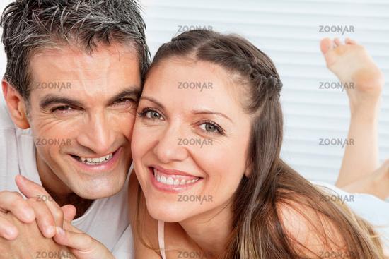 Lachendes Paar im Bett
