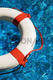 Schwimmreifen in Wasser