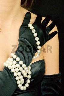 Junge Frau mit Perlenkette