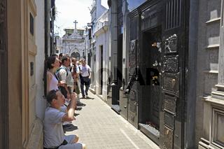 Besucher fotografieren das Grab von Evita Peron auf dem Friedhof Cementerio de la Recoleta