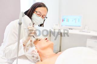 Augenlidstraffung bei älterer Frau durch Thermage