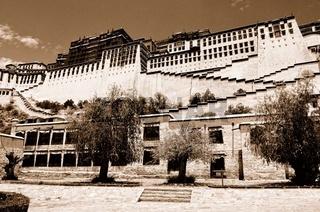 Potala-Palast Lhasa Tibet - auf dem Berg sepia