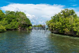 Pier und Holzstege im Araya-Resort auf der Togian Insel Batudaka