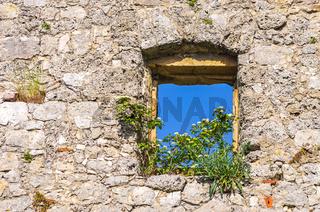 Einzelnes Fenster in einer alten Burgmauer