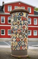 Ceramics art – the advertising pillar with the faces