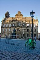 Grünes Fahrrad vor Gebäude
