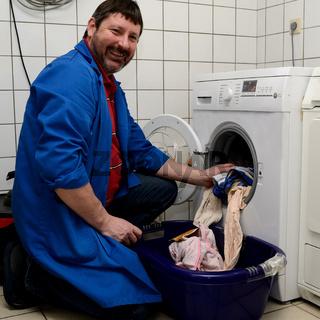 Werksmeister bei der Waschmaschine