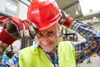 Arbeiter mit Schutzhelm als Symbol für Arbeitsschutz