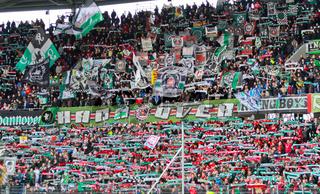 Fans in der Nordkurve von Hannover 96