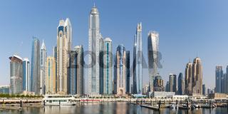 Dubai Marina und Harbour Skyline Architektur Urlaub in Arabien Wasser Spiegelung Panorama