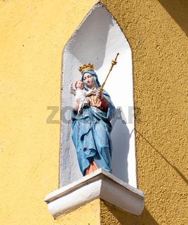 Madonna mit Jesuskind an einer Hauswand in Bayern