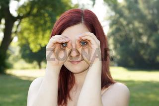 Hände imitieren Fernglas