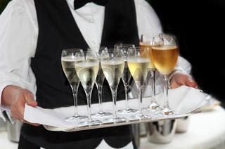 Kellner serviert Sekt und Wein -