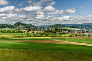 Hegaulandschaft mit dem Berg Hohentwiel und dem Ort Hilzingen, Baden-Württemberg, Deutschland