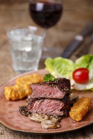 Steakscheiben mit Kroketten und Champignons