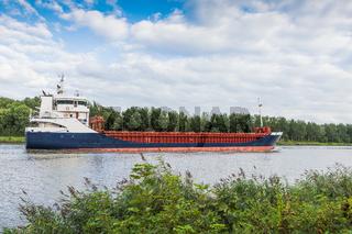 Frachtschiff auf dem Nord-Ostsee-Kanal bei Hochdonn, Schleswig-Holstein, Deutschland